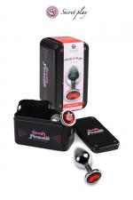 Plug aluminium M Rouge : Plug anal en métal de la marque espagnole Secret Play. D'une longueur de 8,5 cm et un diamètre de 3,5 cm sa forme est étudiée pour procurer d'intenses sensations. Il est décoré d'un strass rouge.